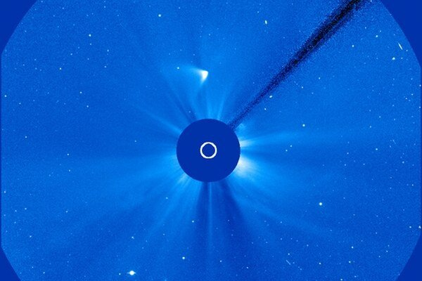 Dnešná snímka z vesmírnej sondy SOHO. Naznačuje, že kométa mohla prežiť.