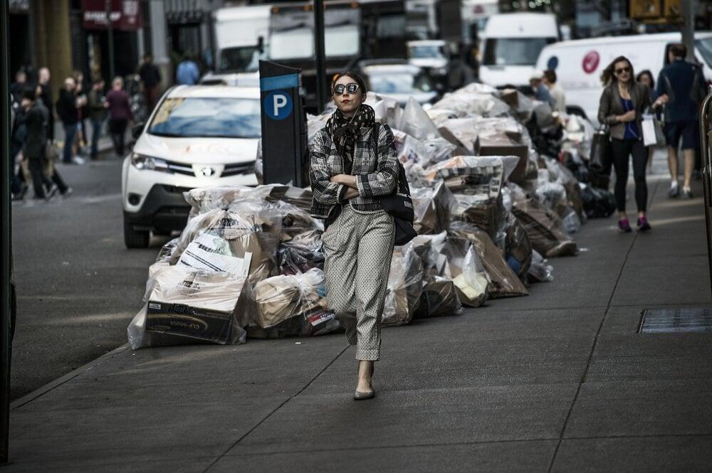 New York, máj 2016. Odpad v Manhattane čakajúci na odvoz. Na svete neexistuje žiadne iné mesto, ktoré by produkovalo viac odpadu ako New York: 33 miliónov ton ročne. Na druhom mieste na svete je Mexico City s dvojnásobným počtom obyvateľov, ktoré vyprodukuje 12 miliónov ton ročne.