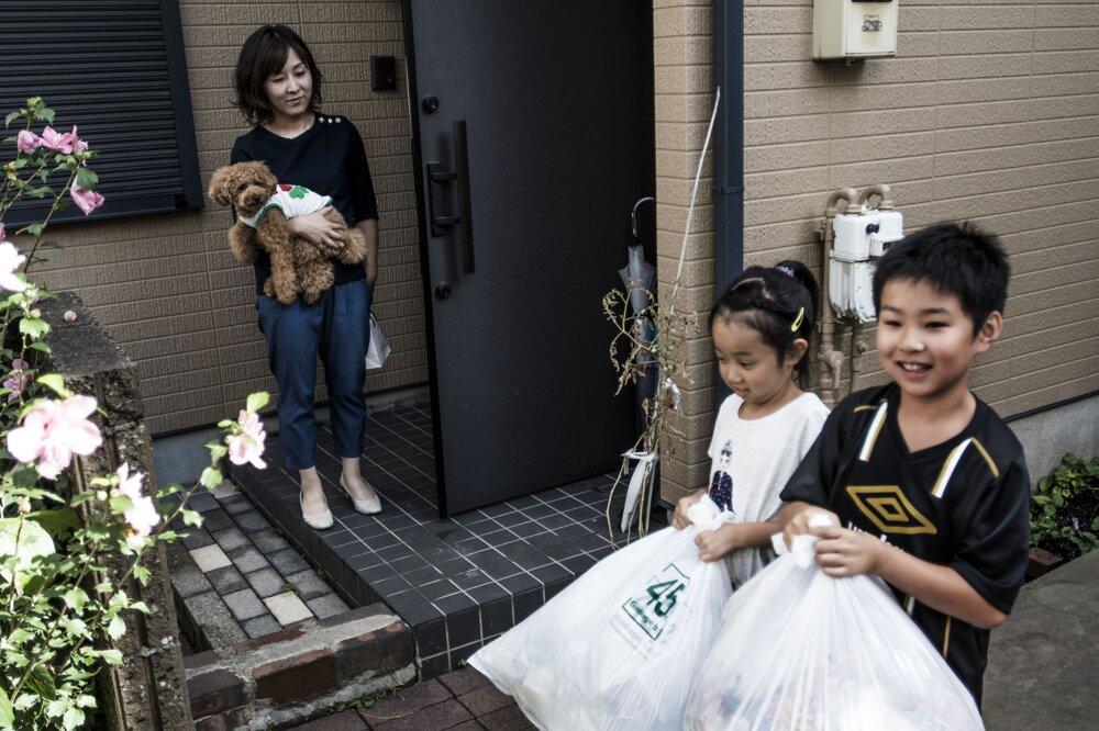 Tokio, august 2016. Deň odpadu. Yoko Otsuka (36) a Shigeru Otsuka (42) žijú so svojimi štyrmi deťmi v meste Fujimi v prefektúre Saitama v Tokiu. Rodina separuje všetok svoj odpad.