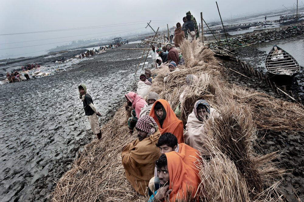 Bangladéš. Tisíce pracujúcich v Katakhali pracujú na uzatváraní trhlín v násypoch spôsobených cyklónom Aila a na zvyšovaní a zosilňovaní násypov.