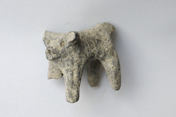 Hlinená plastika dlhosrstého býčka.