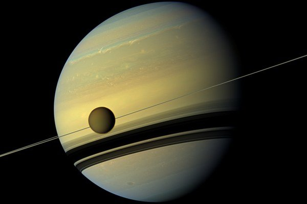 Titan prelietavajúci popred Saturn.