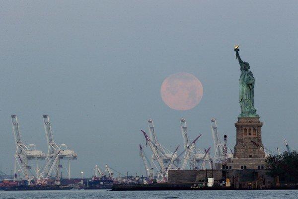 Zo supermesiaca sa tešia aj fotografi. Pohľad naň využili aj v americkom New Jersey.