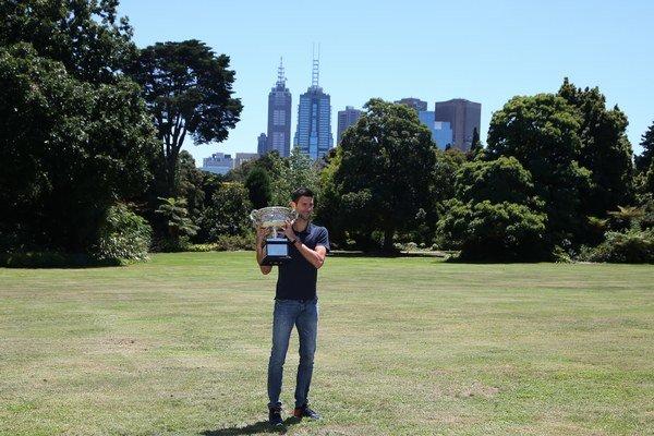 Dnešný mužský svetový tenis, to  je v prvom rade srbský fenomén Novak Djokovič.