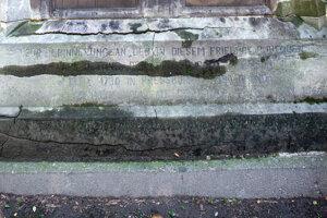 Nápis na náhrobku ozrejmuje, že ho postavili na symbolickom mieste dávno po domnelej smrti K. Jettinga.