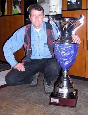 ivan janovec s trofejou, o ktorú sa bude bojovať na majstrovstvách sveta.