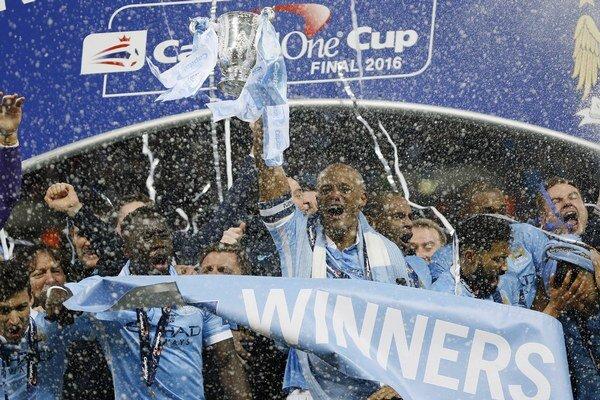 Kapitán Vincent Kompany sa so spoluhráčmi teší z triumfu v Ligovom pohári.