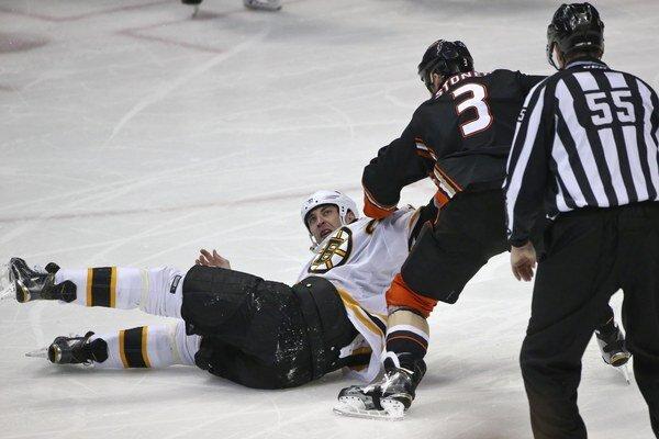 Zdeno Chára skončil po pästnej výmene s Claytonom Stonerom na ľade.