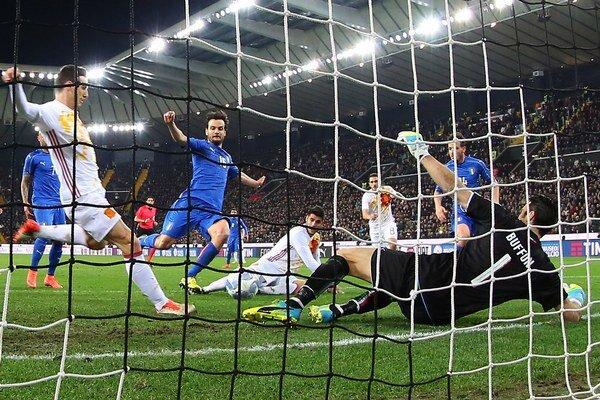 Aritz Aduriz (vľavo) strieľa gól do siete Talianska.