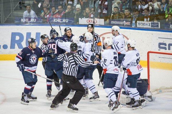 Potýčka medzi hráčmi Slovana Bratislava a Medveščaku Záhreb počas duelu v Bratislave 20. januára tohto roka, v ktorom Slovan vyhral 3:2.