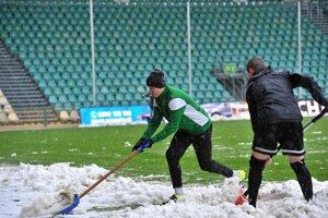 Zápas Žiliny s Trenčínom znemožnil čerstvo napadnutý sneh.