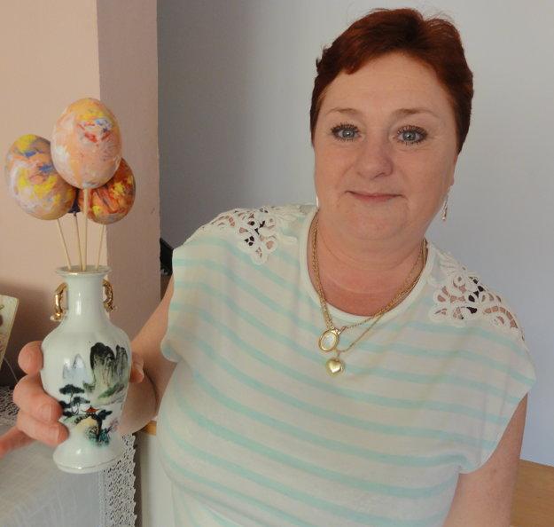 Ľudmila Kupcová ukazije veľkonočné kraslice, ktoré vyrobil Martinko.