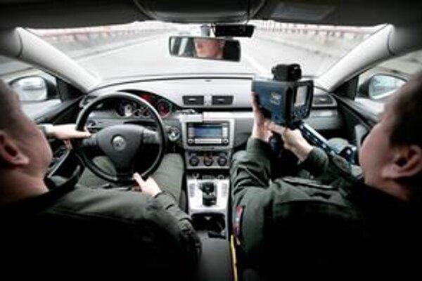 Polícia sa na cestách musí lepšie maskovať, lebo čierne Passaty už vodiči poznajú. Dostane nové autá a motorky.