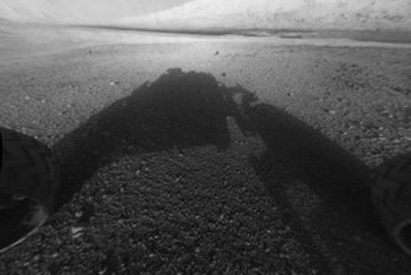 Vesmírne vozidlo poslalo prvé zábery, medzi nimi i steny krátera Gale. Počas svojej misie bude putovať k vrcholu Mount Sharp (na snímke).