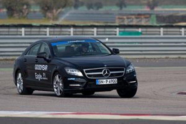 Mercedes CLS predviedol novú pneumatiku na pretekárskom okruhu Monteblanco v Španielsku.