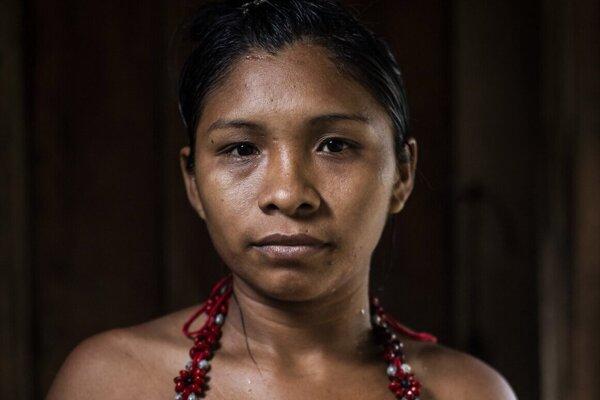 Žena kmeňa Munduruku. Žije tak, ako žili jej predkovia po stáročia - bez príjmov, prácu si delia.