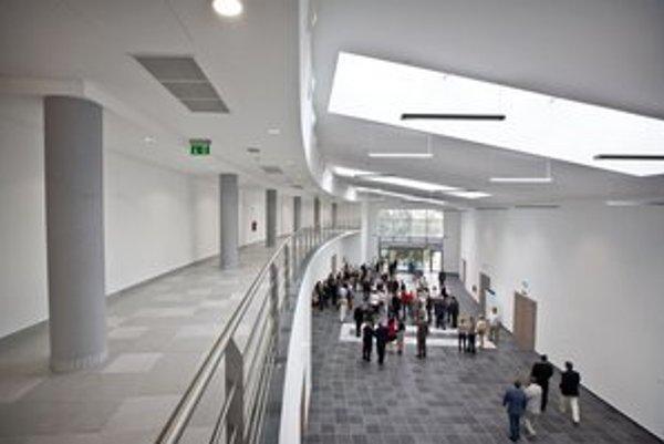 Nová budova v Mlynskej doline stála 27 miliónov eur a sú v nej uložené kilometre káblov.