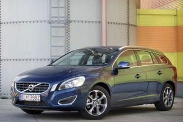 Volvo zachytáva súčasnú vlnu prepĺňania benzínových motorov už aj v základnej verzii T3. K pohotovostnej hmotnosti 1532 kilogramov výkon 110 kW úplne postačuje.