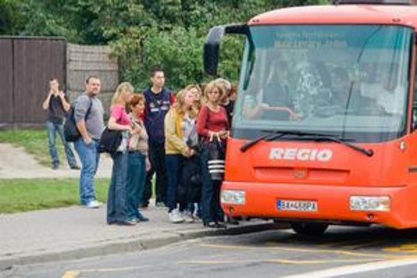 Od začiatku budúceho roku by mali autobusy platiť mýto. Župy hrozia, že ak sa tak stane,môže zdražieť cestovné.