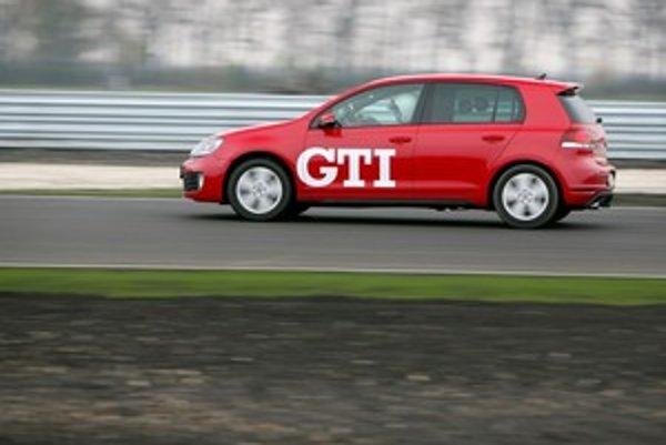 Golf GTI je v prvom rade rýchly kompakt so športovým akcentom a dôrazom na komfort. Držanie športových vlastností na uzde je v prospech Golfu R.