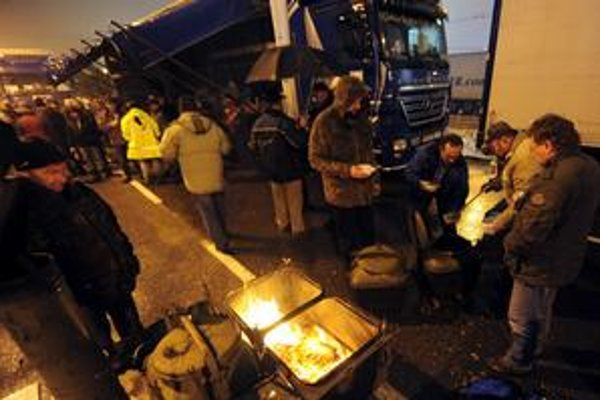 Kamionisti pokračovali cez víkend s blokádou Rožňavskej ulice v Bratislave.