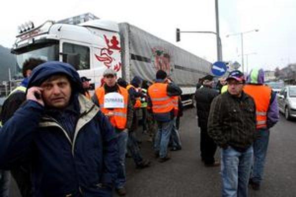 Kamióny, ktoré prostestovali proti chybám v mýtnom systéme, už zo slovenských miest zmizli.
