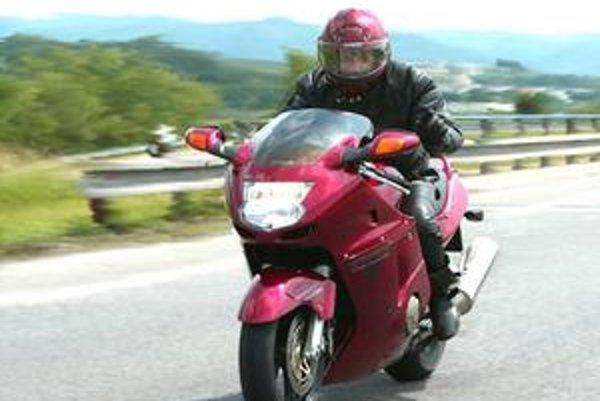 Prísnejšie pravidlá na získanie vodičského preukazu majú pribrzdiť nehody mladých motorkárov.