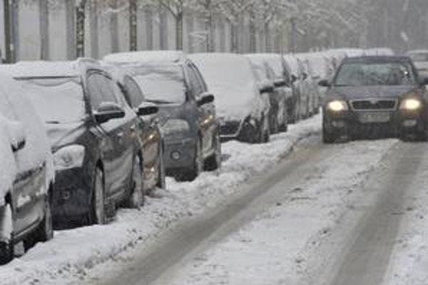 Zasnežené autá na Spojnej ulici v Bratislave po nočnom výdatnom snežení.
