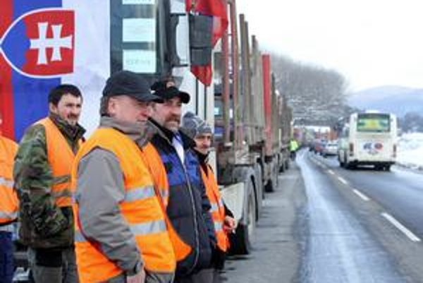 Výjazd z Banskej Bystrice do Brezna obsadili desiatky kamiónov.
