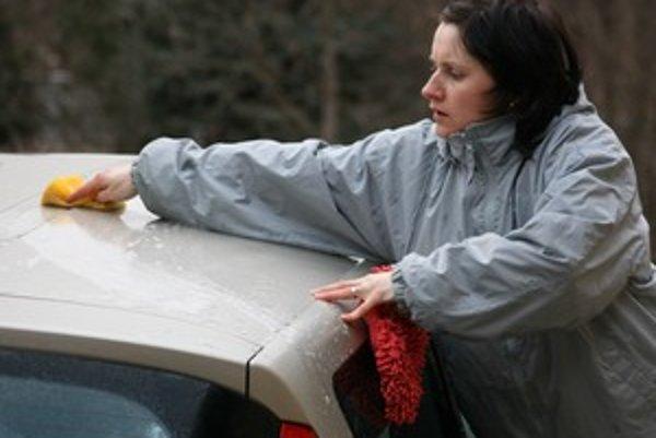 Auto umývajte po jednotlivých dielcoch. Po každom špongiu vypláchajte a diel auta umyte čistou vodou.