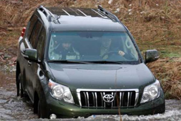 Na veľkú vodu treba veľké auto s dobrým prietokom popod kaosériu. Land Cruiser ostal verný svojej povesti terénneho monštra.