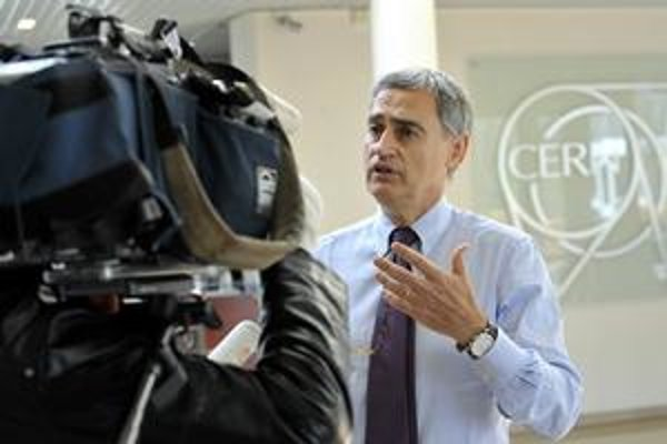 Hovorca Antonio Ereditato (na snímke) i koordinátor experimentu  odstúpili.