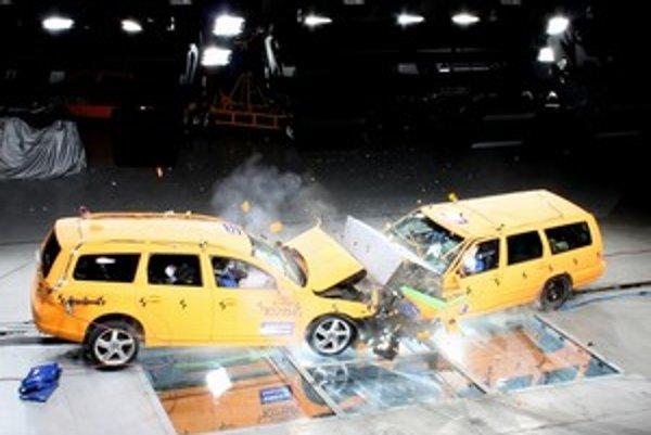 Z čelnej zrážky dvoch generácií kombi Volvo V70 vyviazla, podľa očakávania, lepšie posádka novšieho modelu. Rovnaká nehoda sa stala na jeseň minulého roka neďaleko Göteborgu.