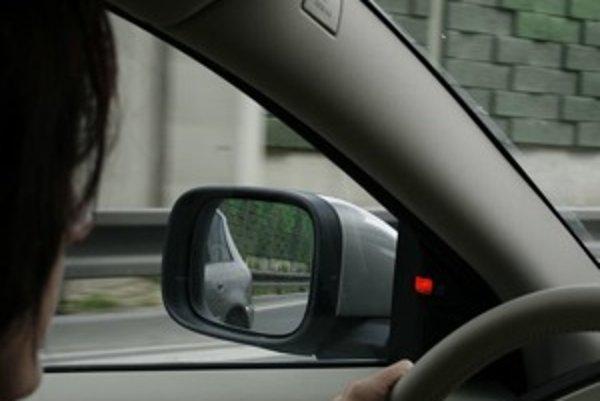 Ani najlepšie nastavené spätné zrkadlá s vyhrievaním a elimináciou mŕtveho uhla nepomôžu, keď sa vodič do nich nepozerá. Systém stráženia mŕtveho uhla (oranžové svetlo pri zrkadle) môže časom spôsobiť, že vodiči sa budú vo všetkom spoliehať na auto.