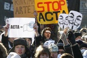 Protesty proti dohode ACTA vo viacerých krajinách vrátane Slovenska pohli politikou.