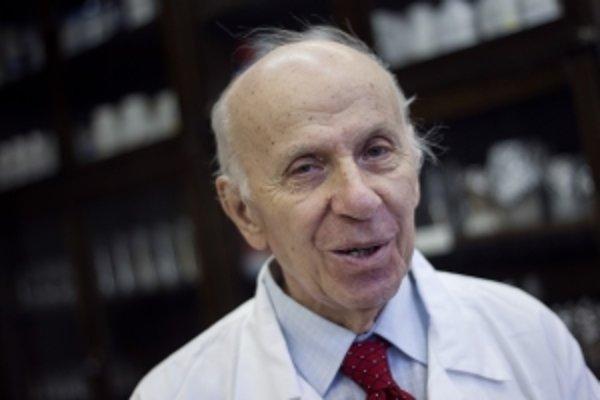 Prof. RNDr. Libor Ebringer, DrSc. (1931) je emeritný profesor Prírodovedeckej fakulty Univerzity Komenského v Bratislave, na ktorej vyštudoval mikrobiológiu. Študoval antibiotiká a ich účinky na niektoré baktérie a bunkové organely. Pomáhal zaviesť te
