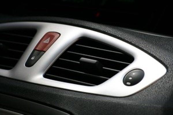 Automatický režim sám rozhodne, ktorým výduchom bude fúkať. Interiér najúčinnejšie vychladia stredné, ale často fúkajú priamo na pasažierov. Nasmerujte ich tak, aby ste ľadový vzduch necítili.