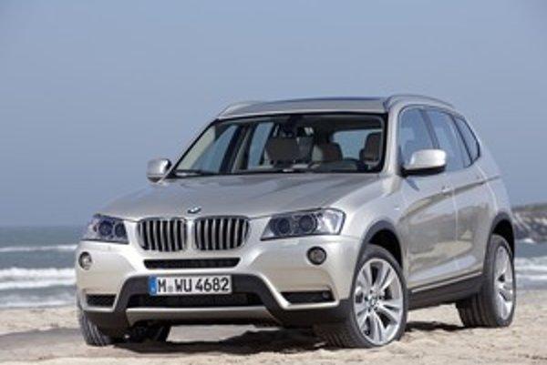 Základné črty koncepcie Sports Activity Vehicle ostali zachované, čiže na prvý pohľad vidieť, ktorý model má novinka nasledovať. V bordovej metalíze tvary nevyniknú, ale vo svetlých farbách vyzerá BMW X3 pohľadne.
