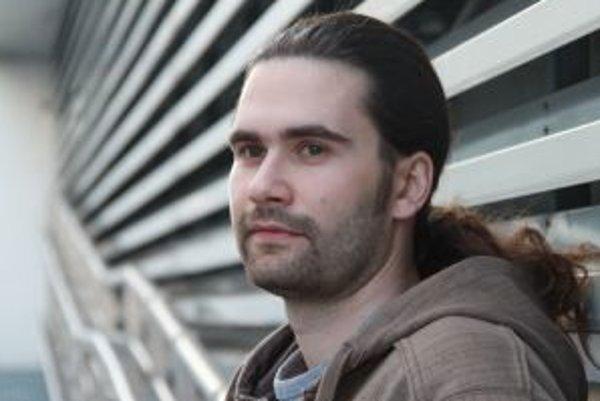Narodil sa v roku 1981 v Žiline. Vyštudoval Fakultu elektrotechniky a informatiky Slovenskej technickej univerzity v Bratislave. Najprv pracoval tri roky ako programátor, v roku 2004 ešte ako študent nastúpil do firmy ESET, ktorá vyrába softvér na och
