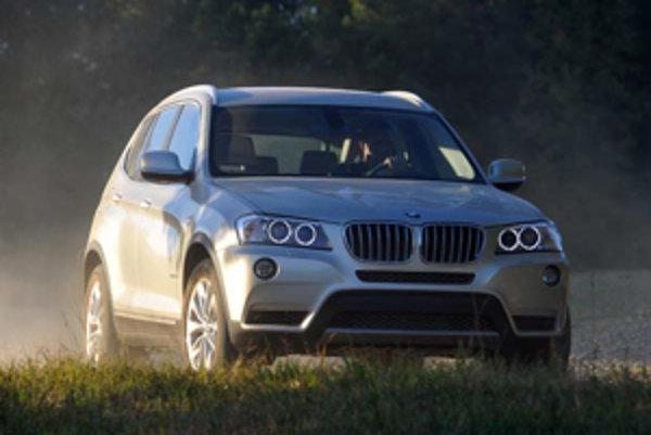 BMW X3 podľa automobilky zábavne jazdí. Nevieme, lebo na štrkových cestách sme mohli ísť najviac 15 míľ za hodinu. Svetlosť podvozka 212 mm zameraniu auta plne postačuje.