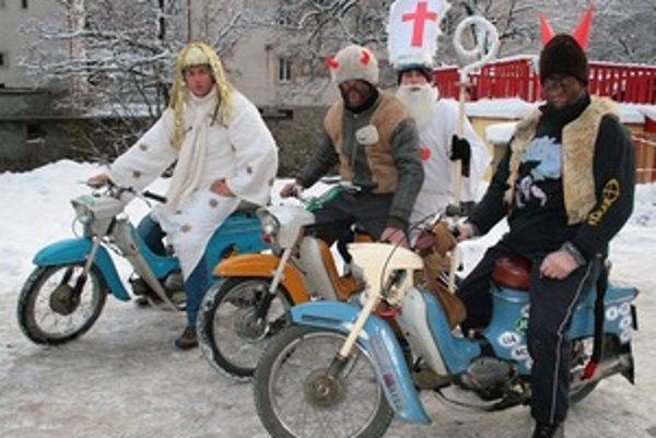 Aby mikulášska výprava zvládla zimu, účinkujúci mali na rukách pod klasickými igelitové rukavice. Trasu museli skrátiť, lebo jeden Pionier umrel. Štvorka nadšencov známa výpravou do Kazachstanu sa vybrala odmeniť dobré deti v desaťstupňovom mraze.