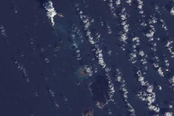 Nový ostrov (vľavo hore s chocholom dymu) stvorila vulkanická činnosť.