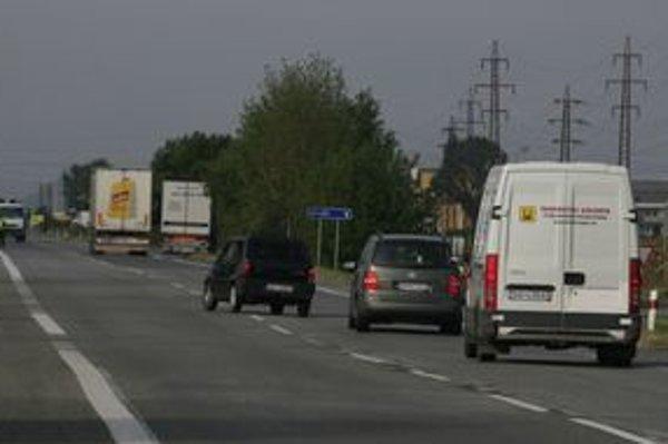 Plynulé odbočenie z hlavného ťahu si vyžaduje zapojenie všetkých zručností vodiča. Zapnúť smerovku, súčasne spomaliť, podradiť na nižší rýchlostný stupeň a ak nič nejde, svižne odbočiť. Existujú miesta, kde môže byť odbočujúce auto v strede cesty a oba pr