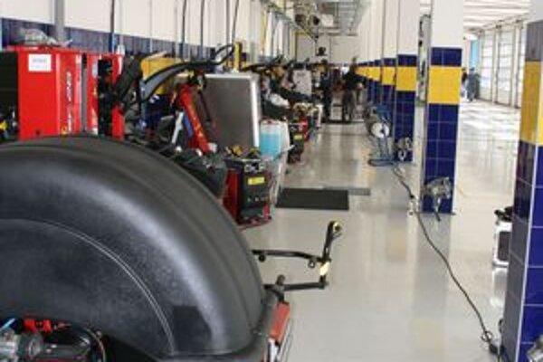 V Banskej Bystrici  pred začiatkom zimnej sezóny otvorili najväčšie pneuservisné centrum ARS s jedenástimi prezúvacími  boxmi pre osobné a tromi pre nákladné autá. Ani najväčší penuservis v strednej Európe sa nezaobíde bez objednávania.