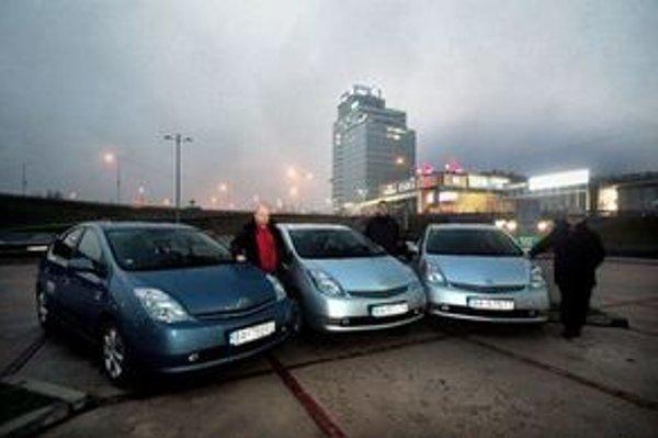 Tri rovnaké autá Toyota Prius s hybridným pohonom vyrážali na cestu 25. novembra o štvrť na osem ráno. Štart bol pri Novom moste na Einsteinovej ulici.