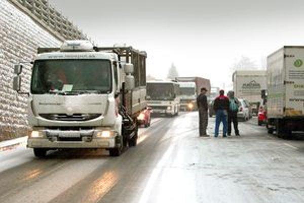 Na upchatých frekventovaných cestách  sa v zime stojí aj niekoľko hodín. Bez jedla, teplého oblečenia a paliva to môže byť problém.