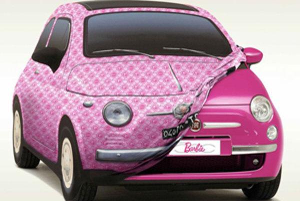 Barbie môže svoju päťstovku pred nástrahami počasia ukryť pod špeciálnu plachtu. Jej dizajn pripomína pôvodný Fiat 500 obsypaný logami Barbie.