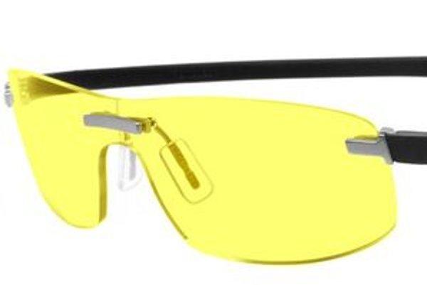 Okuliare používané pretekármi majú špecifickú žltú farbu a dioptrické sklá korigujúce nočnú krátkozrakosť.