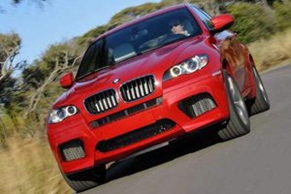 """BMW porušilo pri stavbe najnovších dvoch """"M"""" modelov zaužívané pravidlá. Fanúšikovia rýchlych áut sú zvedaví, či novinky zostanú verné ovládateľnosti a radosti z jazdy typických pre túto značku."""