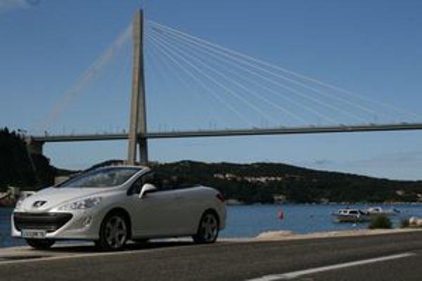 Hlavnou devízou kupé – kabrioletu je aerodynamický komfort pri otvorenej streche.
